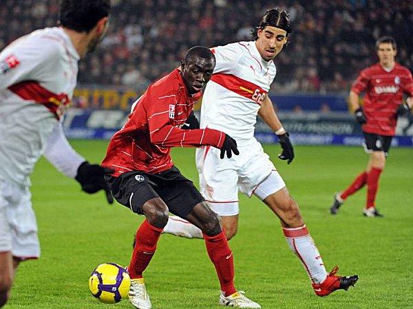 Freiburgs Cissé behauptet den Ball gegen Stuttgarts Khedira.