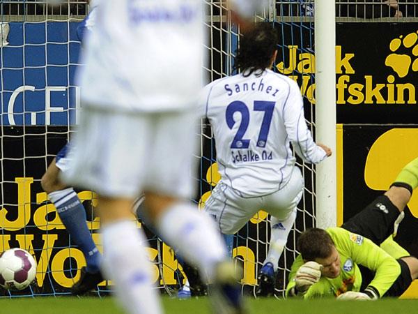 Vicente Sanchez erzielt das 1:0 für Schalke 04