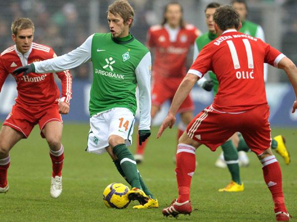 Hunt sichert den Ball gegen Lahm und Olic