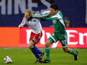 Wolfsburgs Hasebe (re.) lässt gegen Jarolim nicht locker.