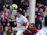 Schalkes Kuranyi setzt sich im Kopfballduell gegen Williams durch.