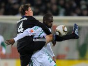 Der Schalker Höwedes umklammert den Matchwinner, Wolfsburgs Grafite.