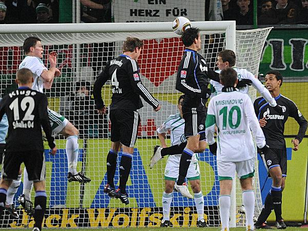Kuranyi trifft per Kopf zur 1:0-Führung für den FC Schalke.