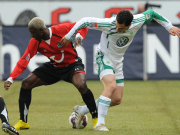 Spiel ohne Ball: Sowohl Hannovers Koné als auch Wolfsburgs Schäfer suchen das Spielgerät.