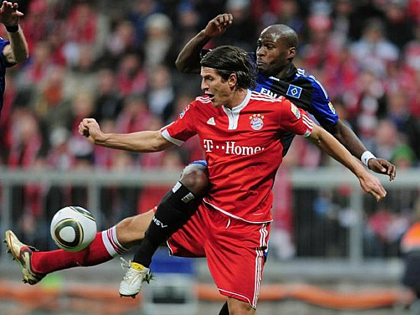 Hamburgs Demel im Zweikampf mit Gomez.