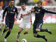 Durchsetzungsstark gegen den Ex-Klub: Kölns Podolski zwischen den Bayern Contento (li.) und Badstuber.