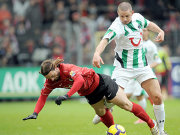 Jonathan Jäger (li.) vom SC Freiburg im Duell mit Leon Andreasen (re.)