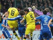 Konfusion vor dem Bochumer Tor: Von Maltritz' (verdeckt) Arm sprang der Ball zum 1:0 ins Tor