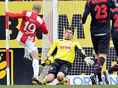 Meist ein unüberwindliches Hindernis für die Mainzer Stürmer: Mondragon rettet gegen Soto.