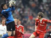 Pouplin schnappt sich den Ball vor Bayerns Müller