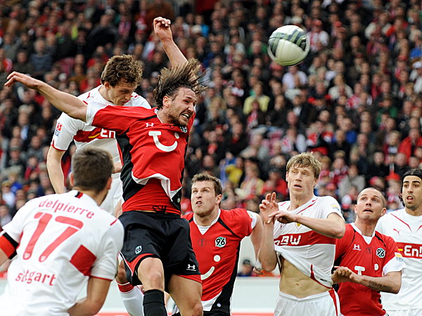 Hannovers Schulz (3.v.li.)steigt zum Kopfball hoch.