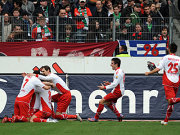 Kölner Jubel nach dem 2:0 von Petit in Hannover.