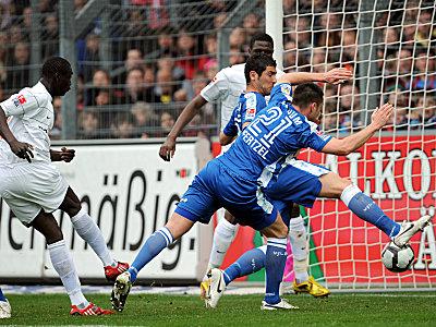 Die Freiburger Führung: Cissé kann freistehen einschieben, Pfertzel und Yahia haben keine Chance mehr zu retten.