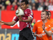 Choupo-Moting stoppt den Ball vor Svensson