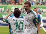 Edin Dzeko jubelt mit Misimovic über seinen Treffer zum 1:0