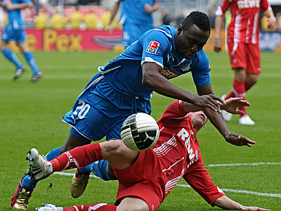 Kein Durchkommen am Kölner Strafraum: Petit stoppt Obasi.