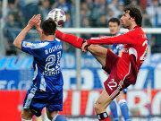 Hamburgs van Nistelrooy (re.) im Duell mit Pfertzel.