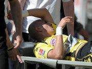 Zidan wird mit einer Knieverletzung vom Platz getragen.