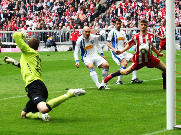 Frühe Führung: Bayerns Thomas Müller vollendet mit der Brust zum 1:0.