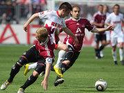 Fußball, Bundesliga: Die Nürnberger Wolf und Pinola stoppen Kölns Tosic.