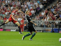 Das 1:0 für die Münchner: Müller zieht mit links ab, Kjaer kann nur noch hintersehen.