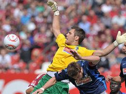 Freiburgs Keeper Pouplin verlor kurz vor dem 1:0 für Nürnberg die Übersicht und den Ball.
