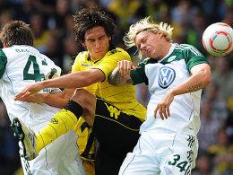 Kampf um die Lufthoheit: Dortmunds Hummels und Wolfsburgs Kjaer im Wettstreit.