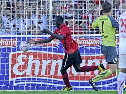 Cissé zelebriert den Torjubel nach seinem Ausgleichstreffer - VfB-Keeper Ulreich hat das Nachsehen.