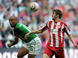 Wo ist der Ball? Bayerns Thomas Müller und Bremens Neuzugang Mikael Silvestre im Duell.