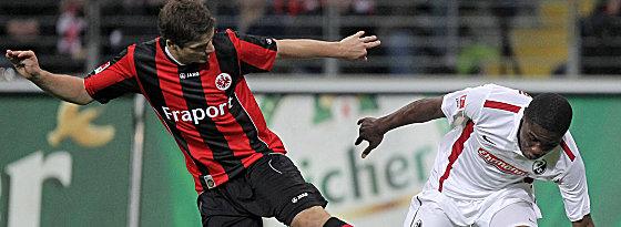 Frankfurts Pirmin Schwegler gegen Cedric Makiadi (re.).