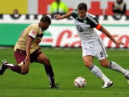 Hannovers Liga-Debütant Avevor stellt sich Wolfsburgs Dzeko in den Weg.