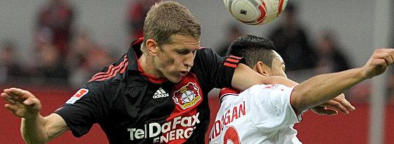 Leverkusens Bender gegen Gündogan (re.).