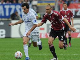 Nürnbergs Simons verfolgt Schalkes Jurado.