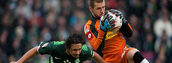 Bremens Pizarro setzt gegen Bailly (re.) nach