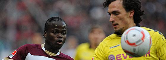 : Dortmunds Hummels schirmt den Ball gegen Ya Konan ab