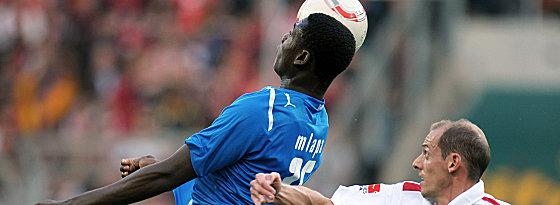 Hoffenheims Mlapa gewinnt das Kopfballduell gegen Barth
