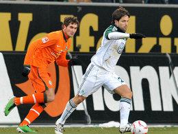 Wolfsburgs Diego nimmt Fahrt auf, der Bremer Schmidt hat hier das Nachsehen.