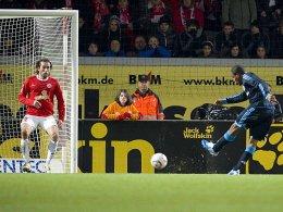 Die Entscheidung: Der agile Jefferson Farfan (re.) markiert den Schalker Führungstreffer