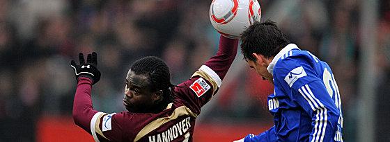 Schalkes Moritz gewinnt das Kopfballduell gegen Ya Konan (li.)