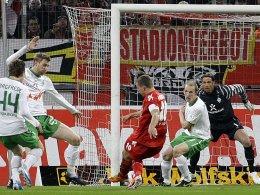 Podolski zielt genau, die Bremer schauen zu. Es ist der Moment kurz vor der Kölner Führung.