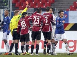 Gojko Kacar (re.), Schiedsrichter Tobias Welz (li.)