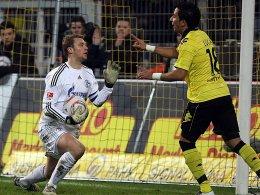 Hier ist kein Vorbeikommen: Manuel Neuer weist Dortmunds Lucas Barrios zurecht.