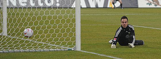 Benaglio sieht zu, wie der Ball die Linie überquert