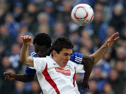 Schalkes Annan im Duell mit Nicu (re.)