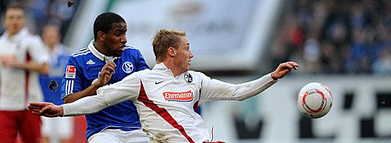 Schalkes Farfan und Freiburgs Bastians (re.)