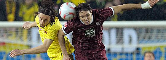 Dortmunds Subotic und Lauterns Lakic (re.) gehen dem Ball nach