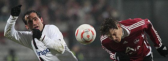 Nürnbergs Wollscheid köpft den Ball weg, Gekas kommt zu spät