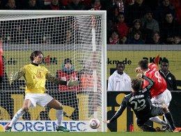 Das 2:0 - Zabavnik kommt zu spät, und Bayerns Müller sticht eiskalt zu. Der Mainzer Müller im Tor ist machtlos.