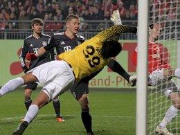 Schweinsteiger erzielt die schnelle Führung für Bayern München.
