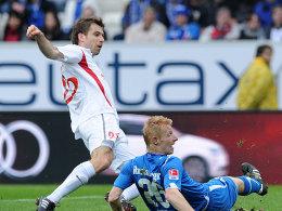 Landsleute unter sich: Ivanschitz (li.) sorgt für die Mainzer Führung. Hoffenheims Ibertsberger bleibt nur die Zuschauerrolle.